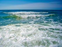 蓝色cureent海洋粗砺的波浪 免版税库存图片