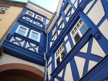 蓝色Fachwerk房子 库存图片