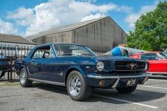 1965蓝色Ford Mustang小轿车 免版税库存图片
