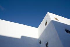 蓝色lanzarote天空墙壁白色 免版税图库摄影