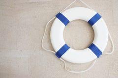 蓝色lifebuoy墙壁白色 免版税图库摄影