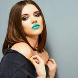 蓝色lipstik 秀丽嘴唇,年轻模型 免版税图库摄影