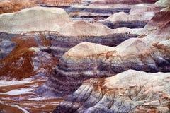 蓝色Mesa荒地的惊人的镶边紫色砂岩形成在化石森林国家公园 库存照片