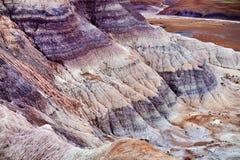 蓝色Mesa荒地的镶边紫色砂岩形成在化石森林国家公园 图库摄影