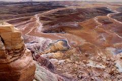蓝色Mesa荒地的镶边紫色砂岩形成在化石森林国家公园 免版税库存照片