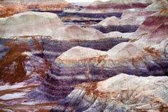 蓝色Mesa荒地的镶边紫色砂岩形成在化石森林国家公园 免版税图库摄影