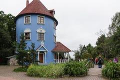 蓝色Moominhouse在Moominworld 库存图片