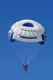 蓝色parasailer天空垂直 免版税库存照片