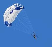 蓝色parasailer天空 免版税图库摄影