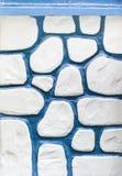 蓝色pebbled墙壁白色 库存图片