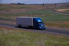 蓝色Peterbilt/白色未玷污的拖车 库存照片