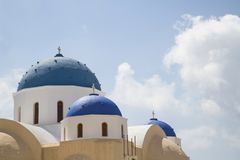 蓝色Santorin的明亮色的希腊教堂 库存图片