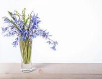 蓝色Scilla海葱开花和有葡萄酒银心脏的礼物盒花束在老木桌上 愉快的母亲` s天或 库存图片