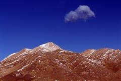 蓝色skey和黄色山 库存图片