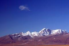蓝色skey和黄色山 库存照片