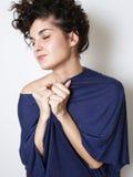 蓝色T恤杉的少妇 免版税图库摄影