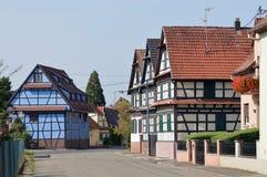 蓝色timberframe房子 免版税库存照片