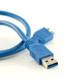 蓝色usb 3 与在白色隔绝的微B连接器的0缆绳 库存图片