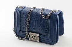蓝色women& x27; 在白色背景的s提包 免版税库存照片