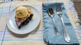 蓝草莓饼特写镜头与冰淇凌的 库存图片
