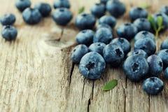 蓝莓、伟大的越桔或者沼泽越橘在木板 免版税库存图片