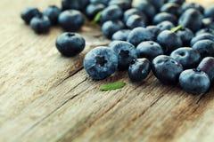 蓝莓、伟大的越桔或者沼泽越橘在木板 库存图片
