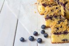 蓝莓与水平拷贝的空间的碎屑蛋糕 免版税库存图片