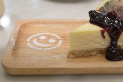 蓝莓乳酪蛋糕和微笑糖 免版税库存图片