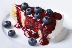蓝莓乳酪蛋糕有莓果调味汁水平的顶视图 库存图片