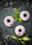 蓝莓冰淇凌蛋糕 库存照片