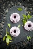 蓝莓冰淇凌蛋糕 免版税库存照片