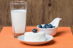 蓝莓和奶制品在木桌上 免版税图库摄影