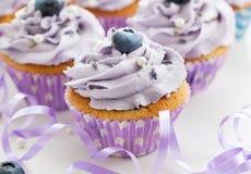 蓝莓和淡紫色杯形蛋糕 免版税库存图片
