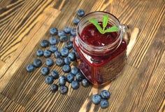 蓝莓和薄菏水果的圆滑的人在一张木桌上 库存照片