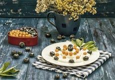 蓝莓和鼠李被计划以心脏的形式用奶油色蛋白甜饼 木背景 顶视图 特写镜头 免版税库存照片
