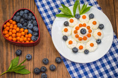 蓝莓和鼠李被计划以心脏的形式用奶油色蛋白甜饼 木背景 顶视图 特写镜头 库存图片