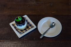 蓝莓在杯的乳酪蛋糕食谱 免版税库存图片