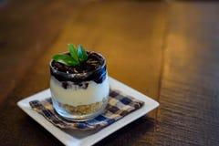 蓝莓在杯的乳酪蛋糕食谱 免版税库存照片