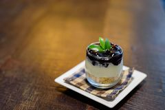 蓝莓在杯的乳酪蛋糕食谱 库存图片