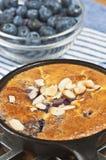 蓝莓在生铁平底锅paleo的杏仁claufoutis节食 库存图片