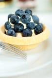 蓝莓奶油色杯形蛋糕 免版税库存照片