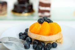 蓝莓奶油色杯形蛋糕 免版税图库摄影