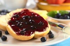 蓝莓小圆面包果酱 免版税库存照片