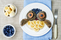 蓝莓巧克力薄煎饼用以猫头鹰的形式香蕉 免版税图库摄影