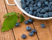蓝莓新近地采摘了土气被洗涤的木头 免版税库存图片