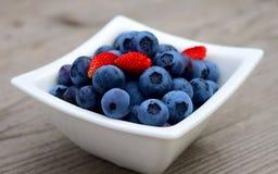 蓝莓新鲜的草莓 库存照片