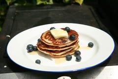 蓝莓早餐薄煎饼 免版税库存图片