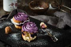蓝莓杯形蛋糕、块菌状巧克力和咖啡 免版税库存照片