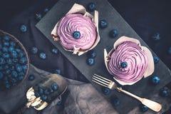 蓝莓杯形蛋糕用新鲜的蓝莓 免版税库存照片