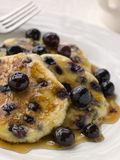蓝莓槭树薄煎饼镀糖浆 免版税库存图片